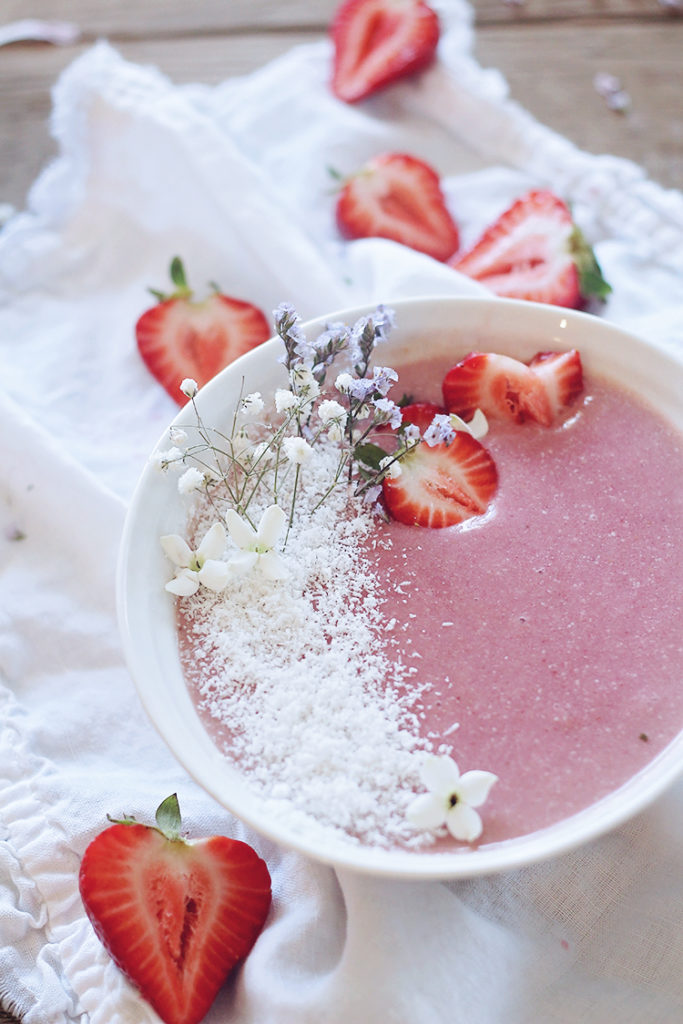 <center>STRAWBERRY COCONUT SMOOTHIE BOWL</center>