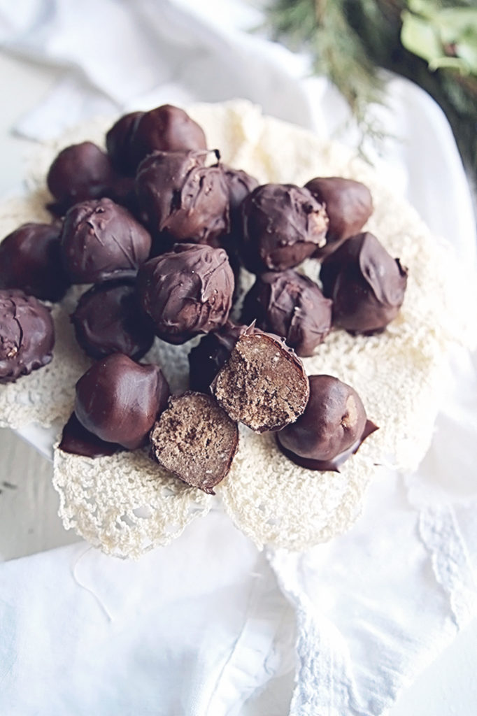 <center>CHOCOLATE PEANUT BUTTER COCONUT BALLS  & 10 TIPS TO LOVING THE HOLIDAYS AS A VEGAN</center>